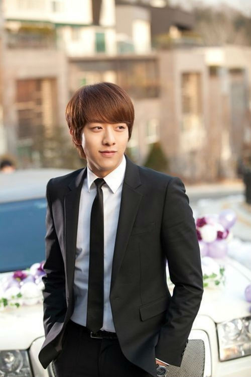 CNBLUE's Lee Jung Shin will enlist in the military on July 31.