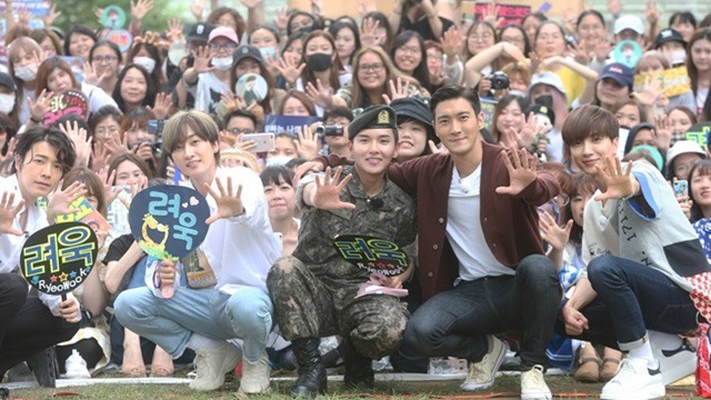 On July 10, Ryeowook was discharged from active service after 21 months of serving at the army 37th division in Jeungpyeong, Chungcheongbuk-do. Leeteuk, Siwon, Donghae and Eunhyuk came out to meet him.
