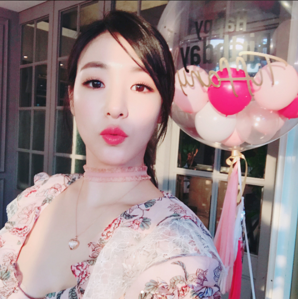 On August 1, Tiffany will hold a fan meeting at an ice cream shop in Cheongdam-dong, Seoul. August 1 is Tiffany\'s birthday as well. The event was announced through Tiffany\'s Instagram. She explained that prepared this event because she missed her fans. Meanwhile, Tiffany recently released her solo album \'Over My Skin\' as her new stage name \'TIFFANY YOUNG\' in the United States. Her music video will be released on August 1. [Image source: Tiffany Instagram]