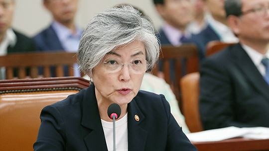 Especially, the audience is shocked to see foreign Minister of Korea Kang Kyung-wha giving out questions.