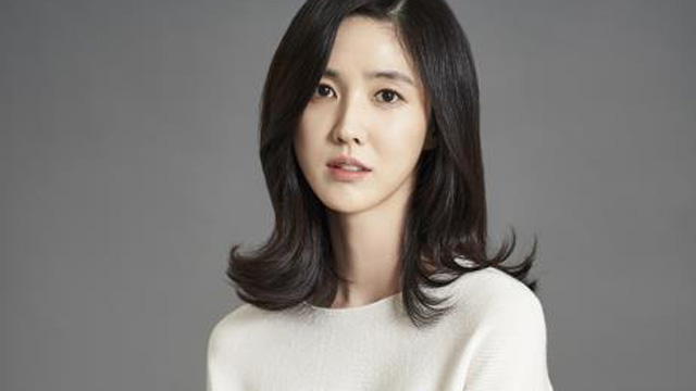 Lee Soo Kyung to star in 'Left-Handed Wife'